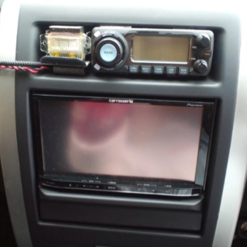 アマチュア無線機取り付け。 アマチュア無線機を付けました。 無線機本体は助手席の下。 操作部を、