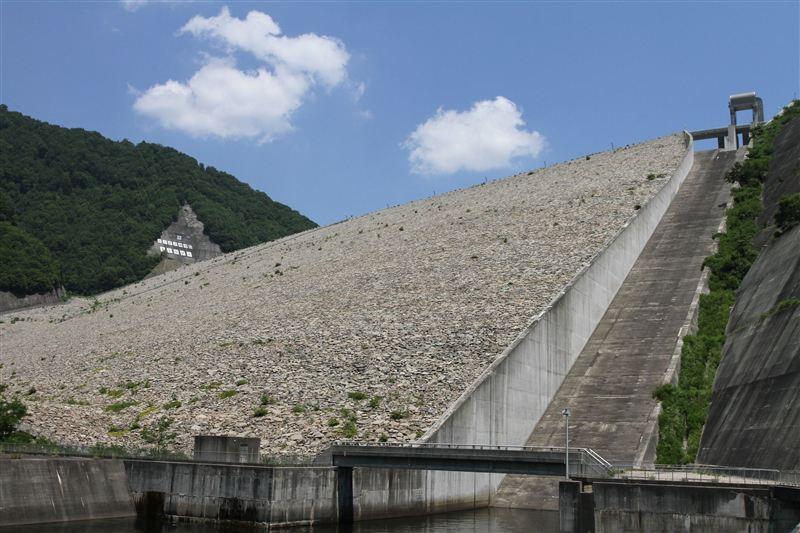 [大きい写真で見る]ロックフィル式?ダムという奈良俣ダム意外と迫力があり... 利根川水系ダムツ