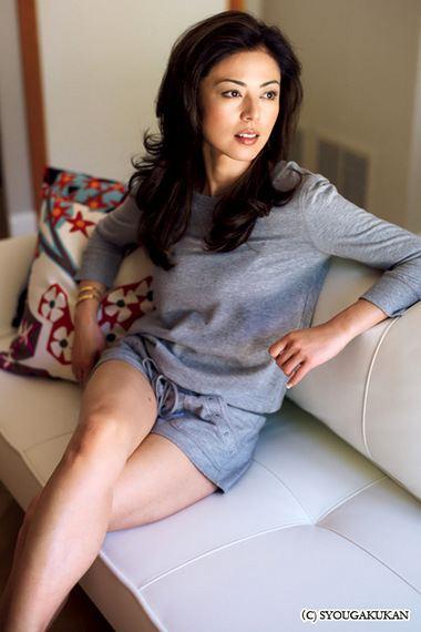 ソファーに座る姿も様になっている武田久美子