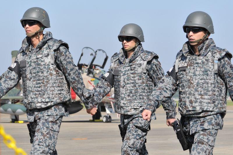 [大きい写真で見る]今回の航空祭は何故か飛行機の警備が物々しかったです。... 2012百里基地
