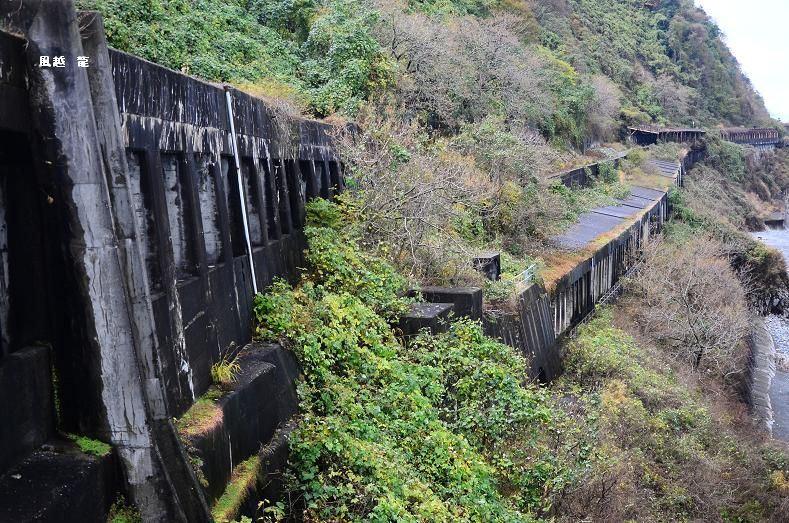 物々しい洞門。 上下に洞門があり、下は鉄道用。 ここは難所であること。... 日本海沿いの廃道(