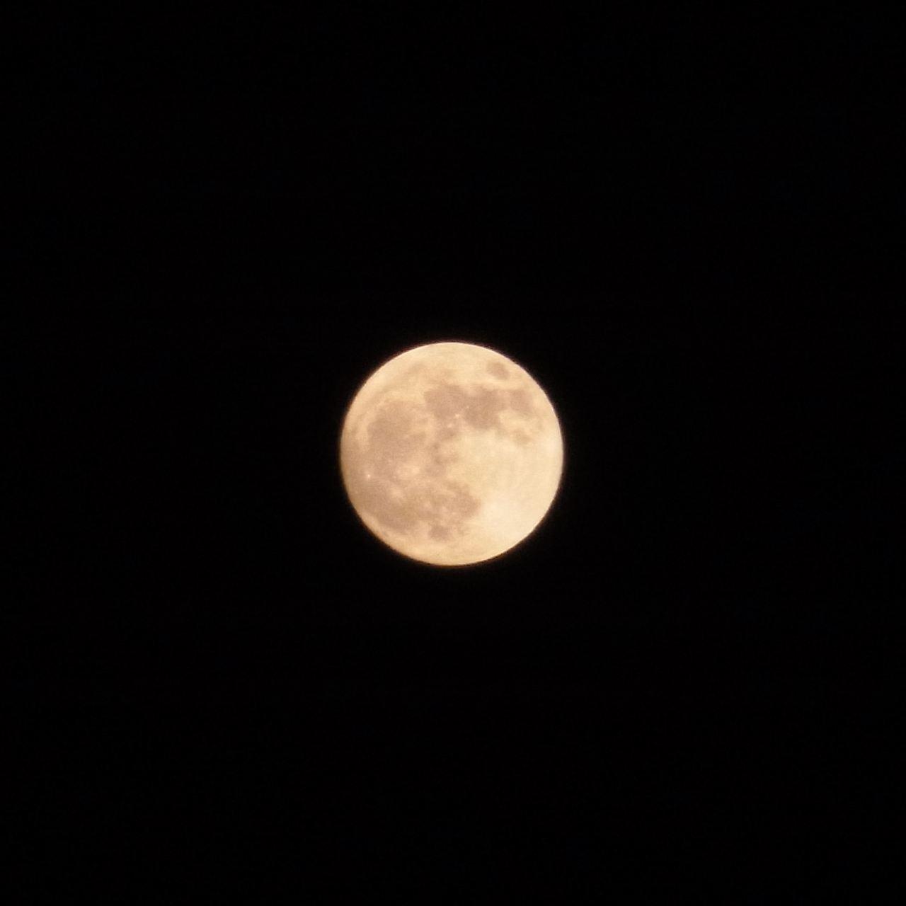 1000万画素のコンデジで300mm相当までズームして撮影し、満月部分... 今宵は満月が大きい