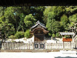 ここは冠位十二階、遣隋使でお馴染みの聖徳太子のお墓(聖徳太子廟)のあるお寺です。 聖徳太子廟…隣