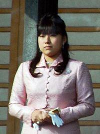 高円宮家の絢子女王さんです。。。。。 軽く見比べても佳子さんは結構な上玉なのがお分かりになると思