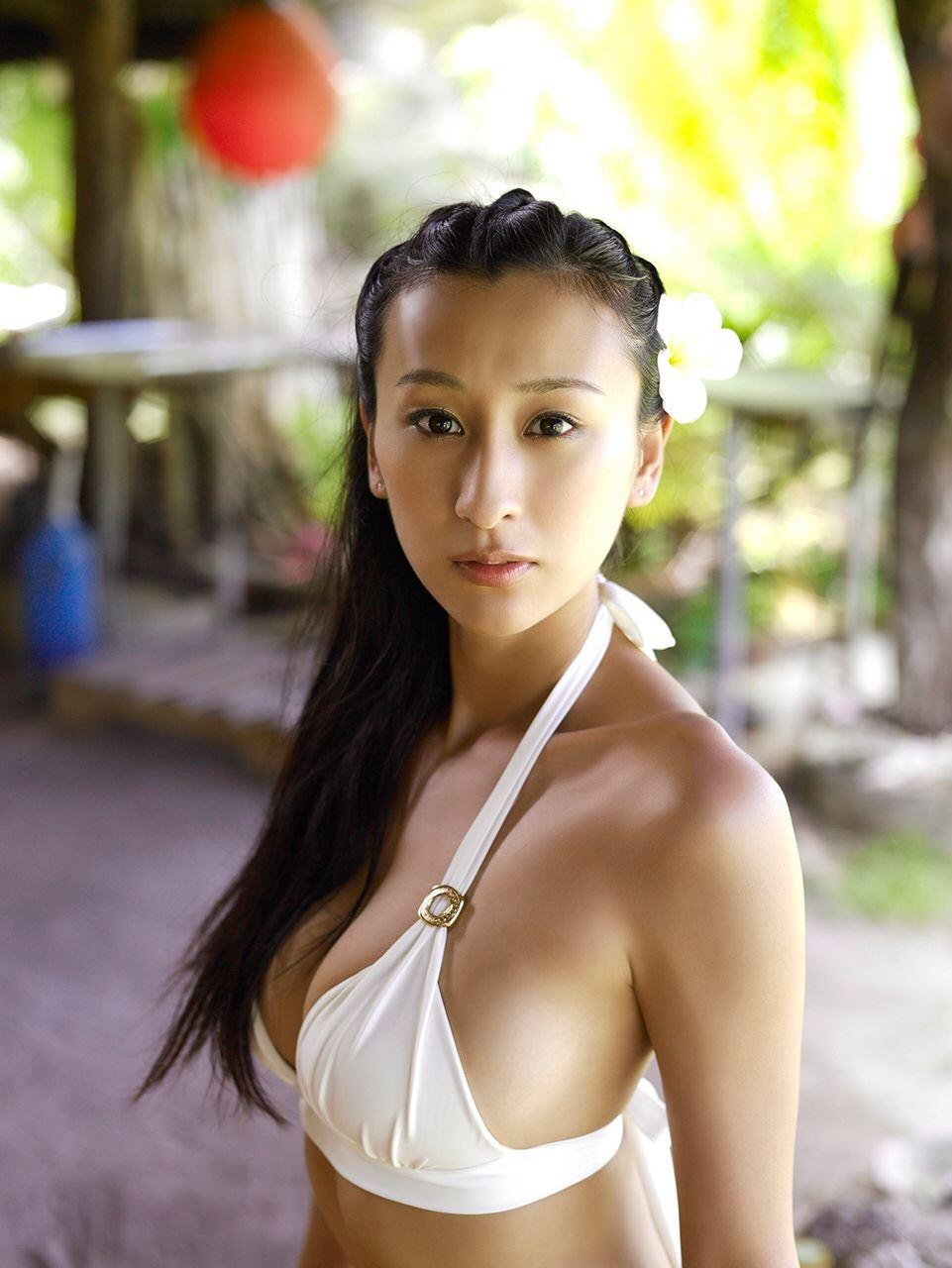 白い水着とハワイアンな浅田舞
